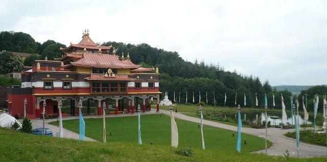 1280px-p1010956_temple_bouddhiste_lerab_ling_et_la_vallee